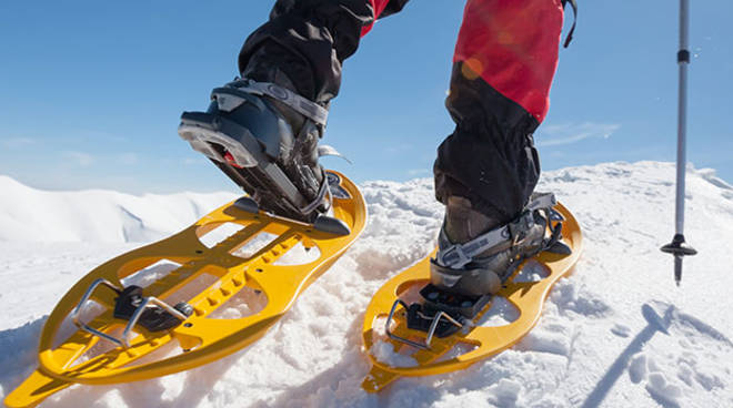 attrezzatura per ciaspolare sulla neve
